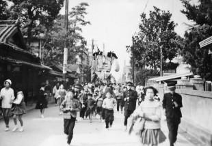 昭和40年代みこし(四軒町、現市役所付近)